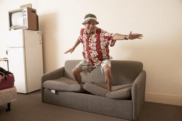 Hombre que sufre en un sofa