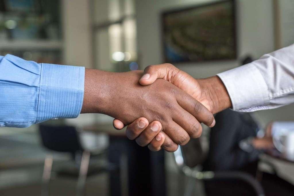monde professionnel -serrer la main