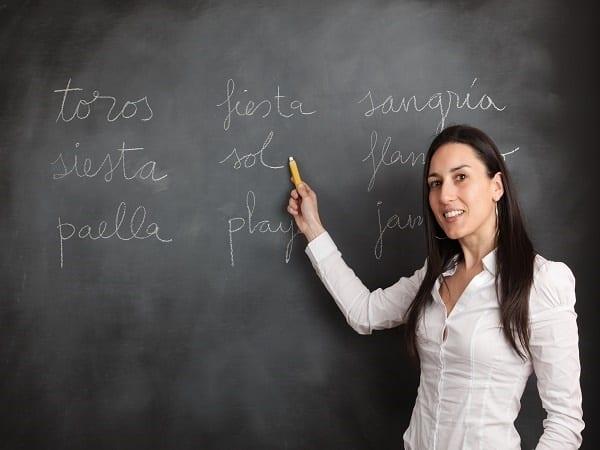 Woman showing spanish topics on a blackboard.-top-de-nacionalidades-que-aprenden-espanol-en-valencia