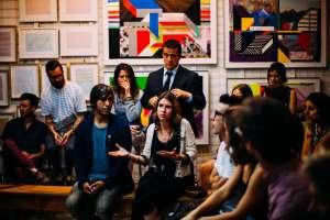 Personnes discutant - L'apprentissage de l'espagnol