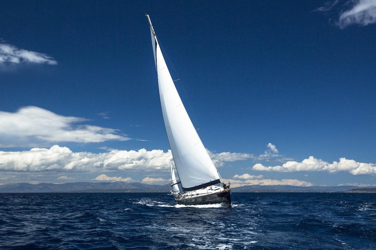 Bâteau à voile sur mer à Valence